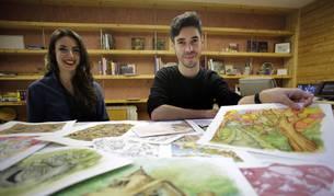 Barbara Ros Gragirena y Axel Jímenez Tenorio (alias Axel Artieda) con un storyboard para animación en su nueva oficina en Noáin.
