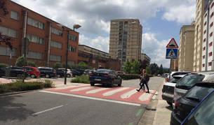 Dos peatones comienzan a cruzar el paso junto al instituto en la Avenida Central.