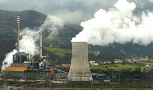 foto de Una central térmica emitiendo gases.