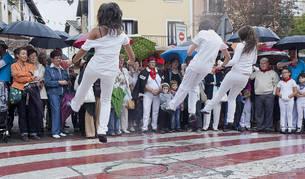 Dantzaris de 'Etorkizuna' en un día lluvioso de fiestas de Alsasua.