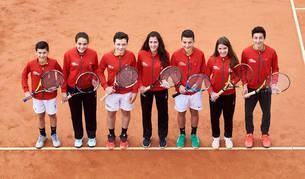 Deportistas en el Club de Tenis Pamplona, de izquierda a derecha; Iker Gaztambide, Ariadna Pérez, Iñaki Montes, Nahia Izco, Iñaki Zúñiga, Lucía Ibarrola y Luis López, falta Saioa Arrieta.