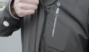 foto de La chaqueta lleva intermitentes integrados y vibra para indicar el camino al ciclista.