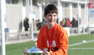 Oihan Sancet, hace seis años, con el trofeo de mejor jugador del XXX Torneo Interescolar de Tajonar.