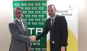Miguel Ángel Giráldez, delegado de Gas natural Fenosa, y Juan Carlos Equiza, presidente de ATA Navarra, firman el acuerdo.
