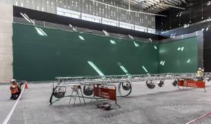 Los obreros trabajan sobre la pista principal del Navarra Arena, que cuenta con gradas móviles y la posibilidad de levantar un escenario