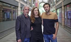 De izquierda a derecha Patxi Bisquert, Marian Fernández y Koldo Almandoz; actor, productora y director de Oreina, en Pamplona.