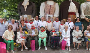 Los homenajeados en el Día del mayor posaron junto a sus familiares y miembros del Ayuntamiento.