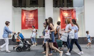Grupos de amigas por la avenida de Carlos III de Pamplona, con las bolsas de la compra en rebajas.