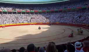 foto de Comienza la quinta corrida de San Fermín 2018 en la plaza de toros de Pamplona.
