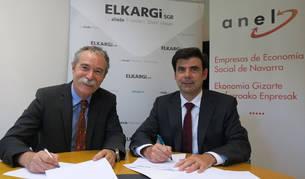 foto de Ignacio Ugalde, presidente de ANEL, y Pío Aguirre, director general de Elkargi, en la firma del acuerdo.