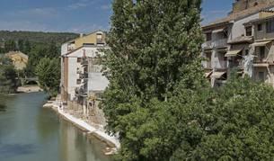 El paseo fluvial que recorre a lo largo de 100 metros la orilla del Ega a su paso por San Miguel con las losas de los curtidores ahora visibles sobre el agua.