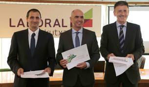 foto de Javier Cortajarena, Xabier Egibar y Joseba Madariaga, en la presentación del informe.