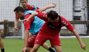 Imanol García protege el balón ante David García en la sesión de ayer. Al fondo, Kike Barja.