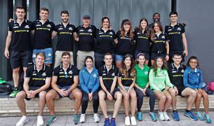 Algunos de los atletas y técnicos navarros, justo antes de tomar ayer al mediodía el autobús hacia Getafe.