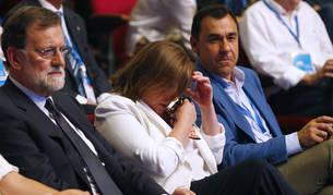 Mariano Rajoy junto a su a su esposa, Elvira Fernández Balboa, quien se ha emocionado durante la celebración del Congreso Nacional del Partido Popular, este viernes en Madrid.