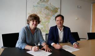 Eva García Balaguer y Eduardo Ryan, en un momento de la firma del convenio.