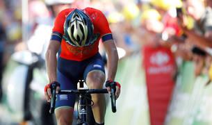 Vincenzo Nibali cruza la línea de meta en Alpe d'Huez.