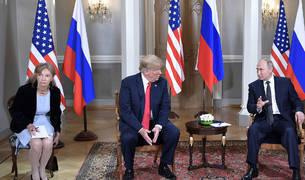 La traductora Marina Gross. a la derecha de Trump.