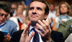 El candidato a la Presidencia del PP, Pablo Casado, aplaude durante la intervención de la otra candidata, Soraya Sáenz de Santamaría