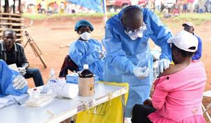 Un médico suministra la vacuna contra el ébola a una mujer en una localidad de la República Democrática del Congo.