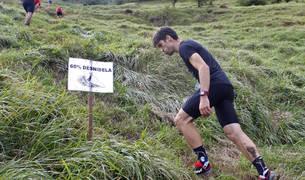 Uno de los participantes en el Kilómetro Vertical de Intza al Ttutturre, afrontando ya las rampas más duras de la carrera.