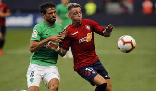 Brandon, que jugó su primer partido de titular en El Sadar, trata de controlar el balón ante la presencia del jugador almeriense Romera