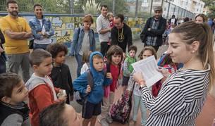 Una profesora nombra a un grupo de alumnos en el CP Remontival.