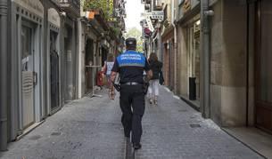 Un policía municipal, este jueves en un recorrido por la calle Nueva de Estella.