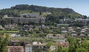 Unifamiliares del entorno del Puy con los bloques de Ibarra al fondo de la imagen.