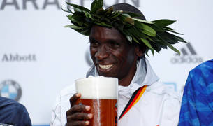 Kipchoge celebra el récord mundial