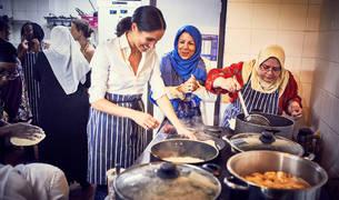 La duquesa de Sussex cocinando con las mujeres de comunitaria femenina Hubb Community Kitchen.
