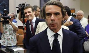 Aznar, con Casado al fondo.