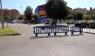Imagen de los trabajos, con pivotes a ambos lados de la calle.