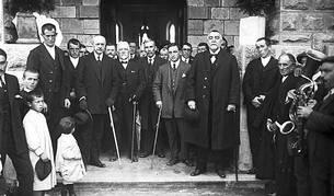 El indiano aezkoano Ciriaco Morea y su mujer María Laxagüe (centro de la foto), en 1925 y en Garaioa, en la inauguración del ayuntamiento.