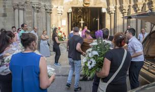 Los familiares de Fermín Jiménez Echeverría y sus hijos José Antonio y Cristian fueron introduciendo uno a uno los féretros para el funeral celebrado en Santiago Apóstol, Sangüesa.