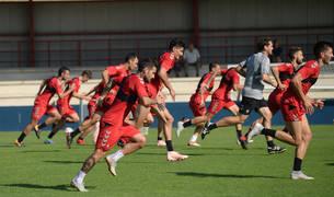Los jugadores de Osasuna realizan un cambio de ritmo junto al preparador Juantxo Martín.