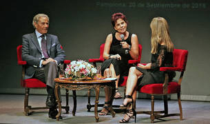 El actor Arturo Fernández, en el escenario del Teatro Gayarre junto a Cristina Osinaga (centro) y la periodista Amaia Madinabeitia.