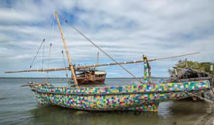 El barco construido en su totalidad por toneladas de plástico reutilizado encontrado en la playa de la isla de Lamu, costa norte de Kenia.