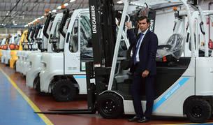 Íñigo Gomariz Díaz, director general de Unicarriers Manufacturing Spain y vicepresidente para Europa, en la planta de Noái.
