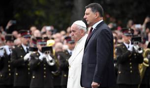foto de El papa Francisco, junto al presidente de Letonia, Raimonds Vejonis, en una ofrenda floral ante el Monumento a la Libertad en Riga.