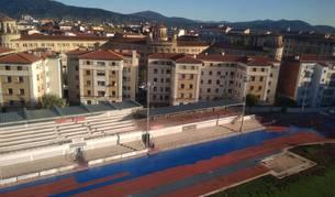 Una vista aérea de las obras de renovación de las pistas del estadio de Larrabide. Las próximas calles lucirán, de forma alterna, de color azul oscuro y azul claro.