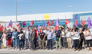 foto de Miembros del sindicato CC OO se han concentrado en la puerta de la empresa Uvesa en Tudela.