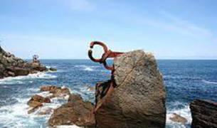 El monumento situado al final de la playa de Ondarreta
