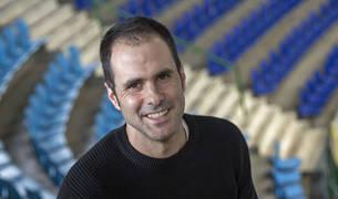 El capitán Miguel Goñi, en las gradas de Anaitasuna, cumple hoy 200 partidos en la Liga Asobal.