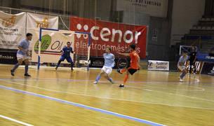 El jugador del Aspil-Vidal Lucas, en uno de sus disparos a puerta durante el partido ante el Santiago Futsal.