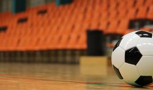 Un balón en la cancha de fútbol sala