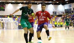 Foto del ala-pívot de Osasuna Magna Rafa Usín, que trata de hacerse con el balón ante Miguel, marcó el gol del empate a 3.