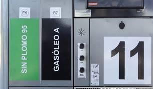 Foto de las nuevas etiquetas, en la manguera y en el frontal del surtidor, en una gasolinera de la Comarca de Pamplona. El círculo representa el combustible de gasolina, y el cuadrado, el  diésel. En el interior de cada figura, el E5 indica el porcentaje de etanol en gasolina, y el B7 el porcentaje de biodiésel.