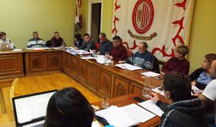 Sin público y con la ausencia del edil de la APS Santi Guallar se celebró anoche el pleno ordinario de octubre, que había sido aplazado unos días. La sesión duró poco más de una hora.