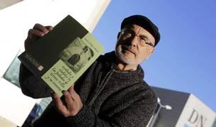 El estudioso Simeón Hidalgo Valencia posa con su libro 'Grabados y símbolos en las fachadas de Urroz-Villa y su comarca'.